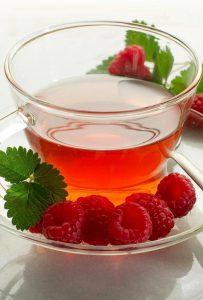 При болезни беременным рекомендуется употреблять теплые чаи с малиной, шиповником и медом.