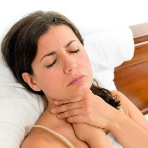 Разрастание щитовидки приводит до ощущения кома в горле.