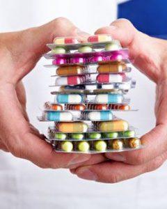Пациентам на ранней стадии развития заболевания назначают курс приема медикаментов.
