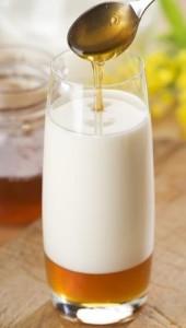 Медовомолочный напиток поможет при фарингите.