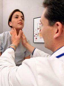 Для диагностики заболевания доктор ощупывает шею.