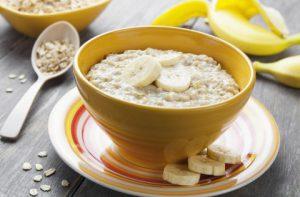 Овсянка с медом и бананом очень полезна во время острого фарингита.