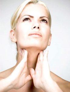 Первый признак болезни - деформация поверхности шеи.