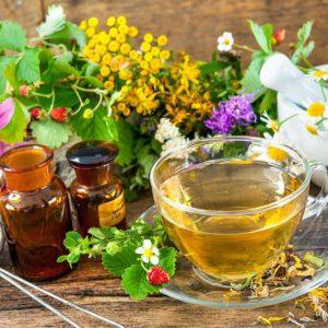 Полоскание травяными сборами прекрасно дополнит основное лечение.