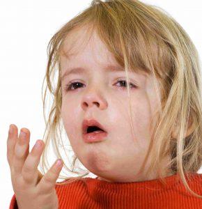 Сухой кашель сопровождается болями в области горла.
