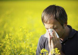 Первый симптом аллергического отека носоглотки - чихание.