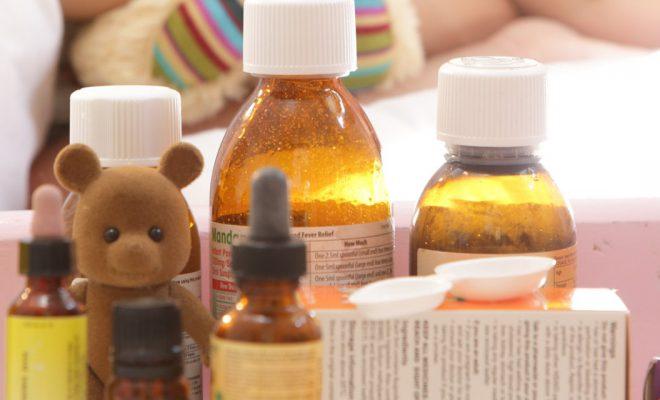 Антибиотики детям назначают только после определения типа возбудителя ангины.