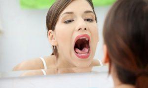Сухость и боль в горле могут быть предвестниками молочницы.