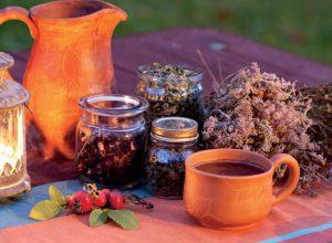 Полоскание горла лекарственными травами - хорошее подспорье при лечении стоматита.