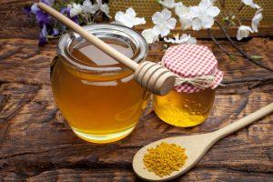 Полоскание горла с медом и прополисом помогает при атрофическом фарингите.
