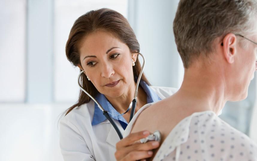 В первую очередь врач проводит медосмотр больного.