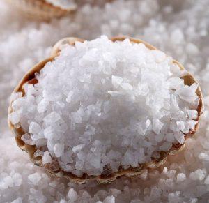 Морская соль подходит даже детям.