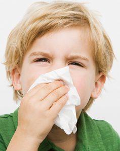Насморк может сопровождать заболевание.