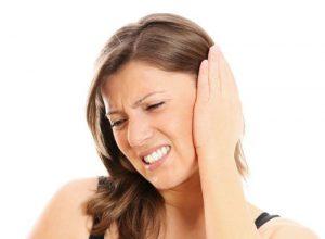 Один из симптомов - боль в ухе