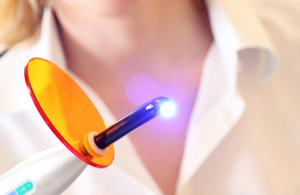 Рубцы разрушают при помощи лазера.