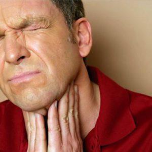 Комок в горле вызывает неприятные ощущения и страх удушья.
