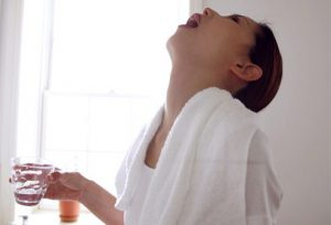 Один из способов лечения - полоскание горла.