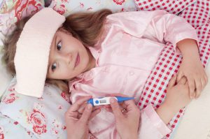 И взрослым и детям рекомендуют постельный режим.