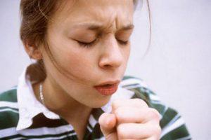 Острые приступы сухого кашля - первый симптом заболевания.