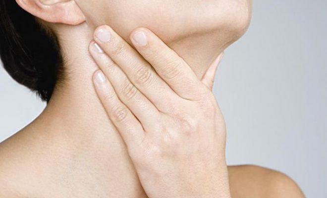 Сильная боль в области гортани сопровождает заболевание.