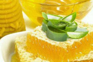 В народных рецептах лечения фибромы используют сок алоэ и мед.