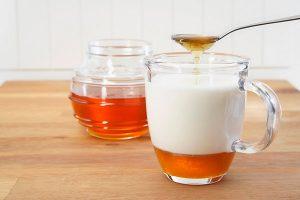 Теплое молоко с медом помогает в борьбе с кашлем.