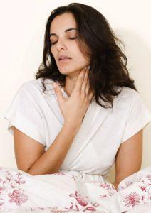 Увеличение и болезненность лимфоузлов шеи - один из возможных симптомов болезни.