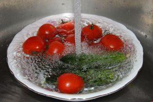 Употребление немытых продуктов может грозить попаданием инфекции в организм.