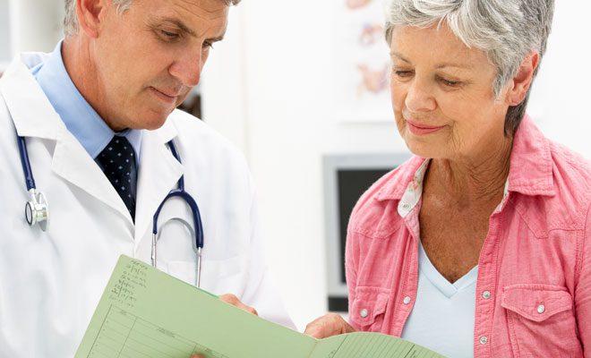 Врач ставит диагноз на основе осмотра пациента и результатов анализов.