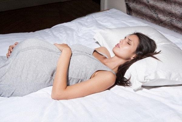 Во время болезни нужно придерживаться постельного режима.