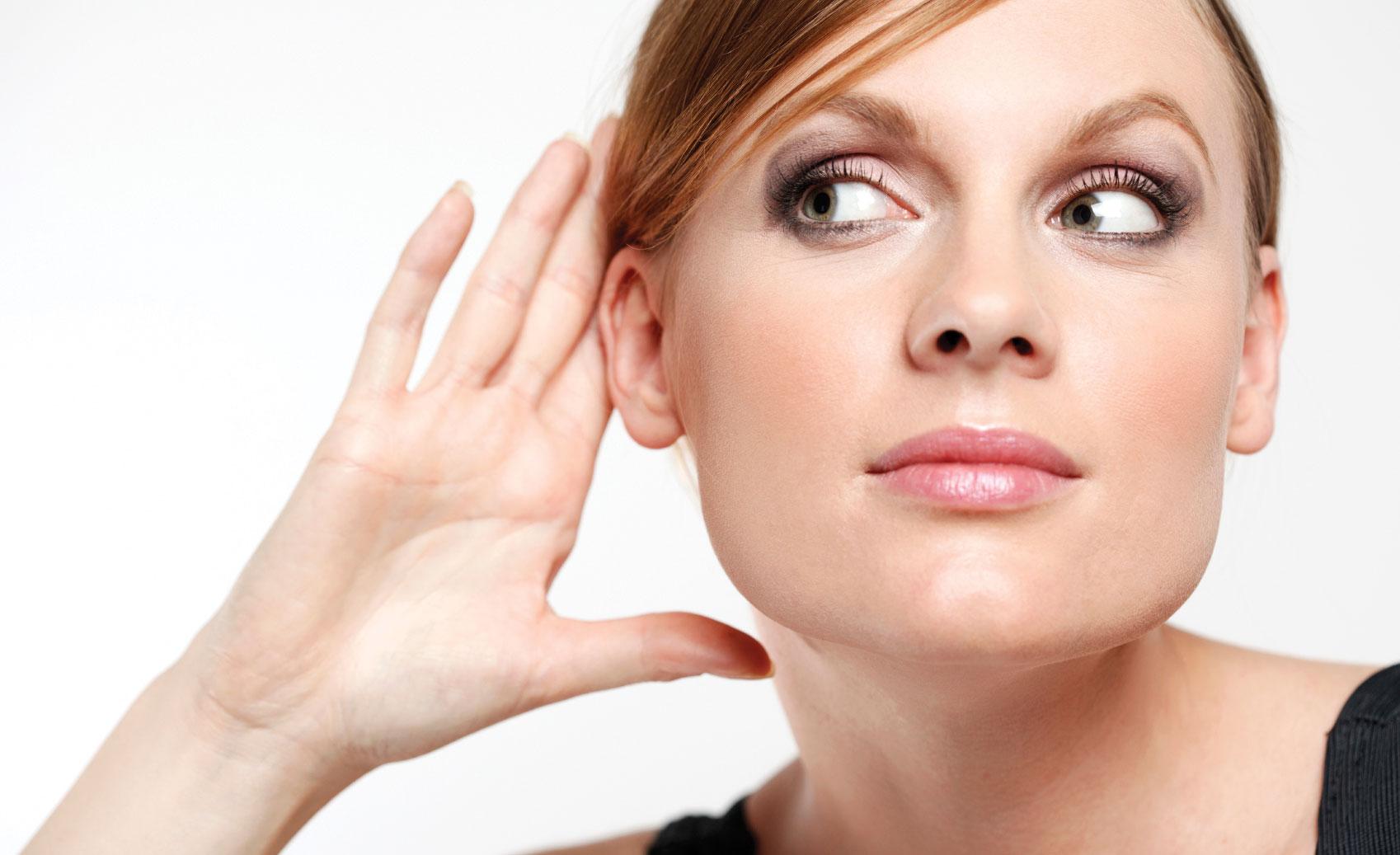 Резкое ухудшение слуха сопровождает заболевание.