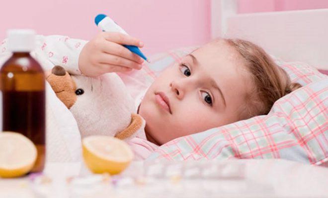Сбивать высокую температуру у ребенка следует, когда она достигает 38 градусов и выше.