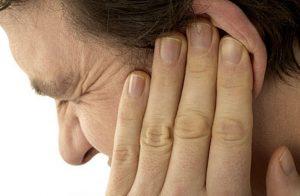 Появление пробок в горле может сопровождаться болью в ушах.