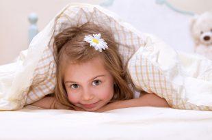 rebenok-v-posteli